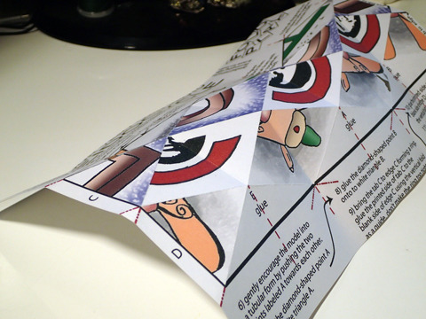 折り目にインク切れのボールペンで跡をつけると折りやすい。