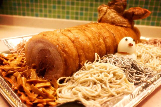 手前は薪をイメージしたメンマ。麺の打ち粉が舞い落ちる粉雪をイメージさせる。