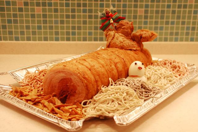 クリスマスっぽい飾りを一つ載せるだけでブッシュドノエルっぽさがさらにアップ!まだまだ盛り付けのセンス次第で伸びしろはありそうだ。
