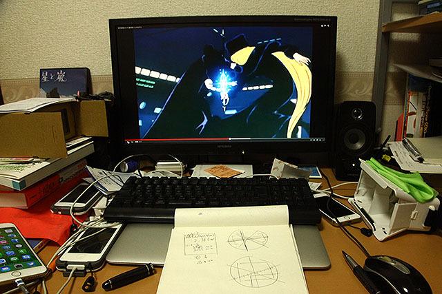 動画を見ながらメーターのスケッチを描く。しかしまー、散らかった机ですな。