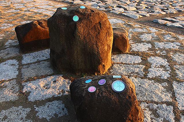 岩に見えて実はメカ。
