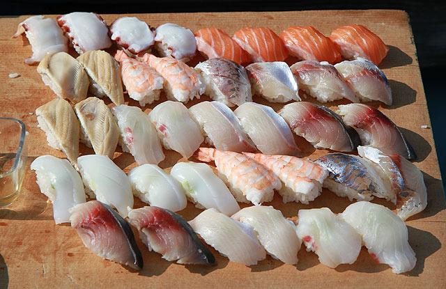 握り寿司まで船上で作ってくださった。 (…えっと、海苔は?)