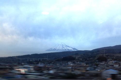 どこをチョイスしようか悩みつつ大阪へ。「今日は観光!」と思うとついつい新幹線で富士山を撮ってしまいますな