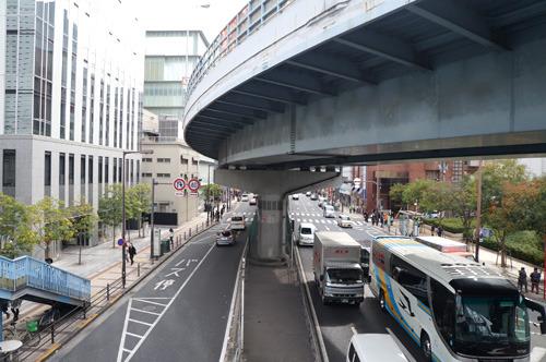向かう途中、歩道橋をすりぬけるように曲がる高架がかっこよかった。まだ歩いたことがない都会って何を見てもぐっとくる