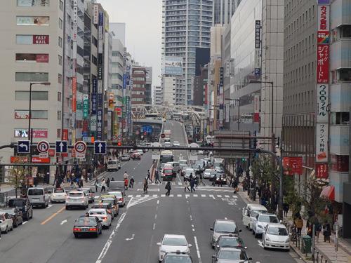 大阪駅へ戻る途中、歩道橋から中津方面を見ると…高架から車が滑り降りてくる。…あ!この高架、