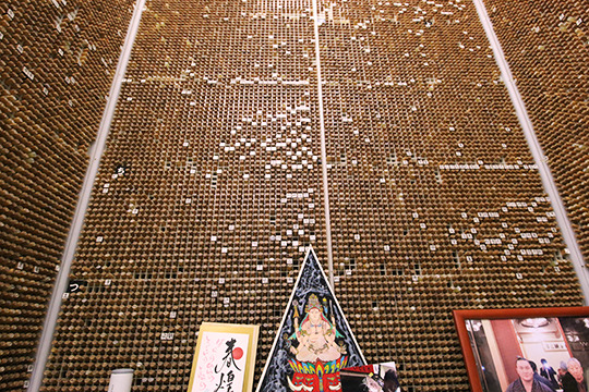 そそりたつ印鑑たち。たぶんこの棚で2万本ぐらい。