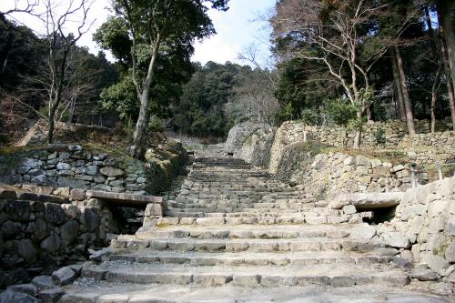織田信長が築いた「安土城跡」。建物は信長の死と共に焼失したが、壮大な石段が残っている
