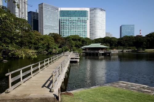 東京湾に面した汐留の「旧浜離宮庭園」。海水を引きこんでおり、干潮と満潮で水位が変化する