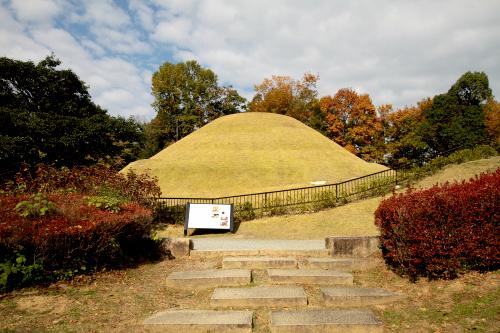 石室内に壁画が描かれていたことで有名な「高松塚古墳」