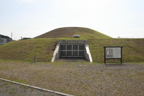 福岡県の「王塚古墳」は石室にカラフルな彩色が施されていることで有名