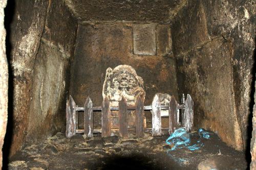 真っ暗な古墳の中、フラッシュを焚いたら怖い石仏があって心臓が止まるかと思った