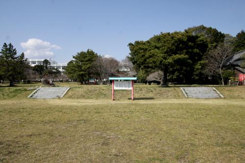 静岡県の国分寺である「遠江国分寺跡」もおおむね原っぱだが、こちらは礎石などが残り、また史跡公園として整備されている印象