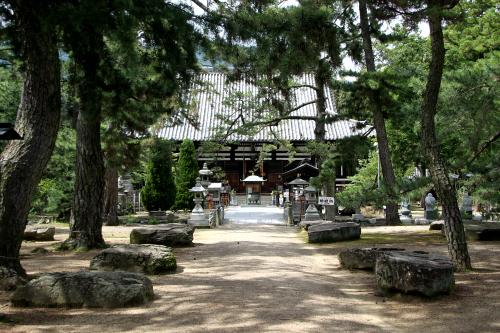 香川県「讃岐国分寺跡」は四国遍路の第80番札所として賑わっている