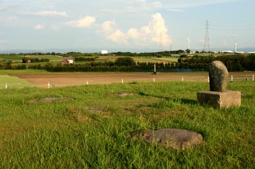 一面の畑の中、ポツンとたたずむ「斎尾廃寺跡」