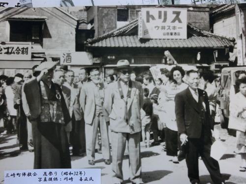 1957(昭和32)年の港前。写真に見える酒屋さんは現在もある