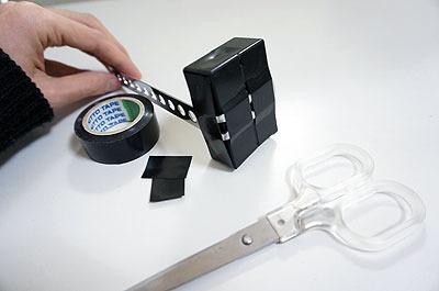 ビニールテープで金具に固定