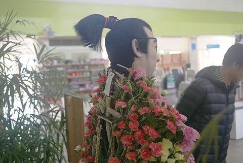 柳生十兵衛の背中。ダクトが見える。最初に胴体をカゴのような胴殻をつくり、花を植えていくらしい