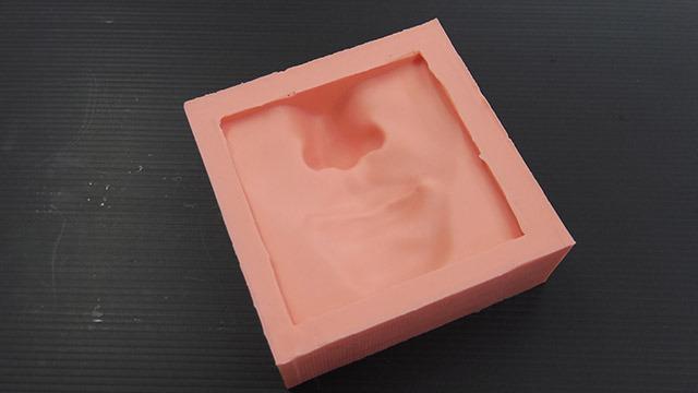 シリコン製の型。歯科技師用のシリコンを使用。