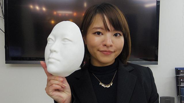 広報の岡本さん。持っているのはケイズデザイン所属アーティスト・山口さんの顔マスク
