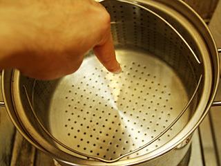 前回は鍋にたっぷりのお湯を張ったが、一定の温度をキープするのが難しかった。