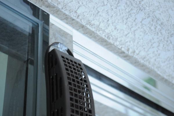 入り口の上に虫除けの器具をセロテープで貼り付けてて、親近感がすごい。