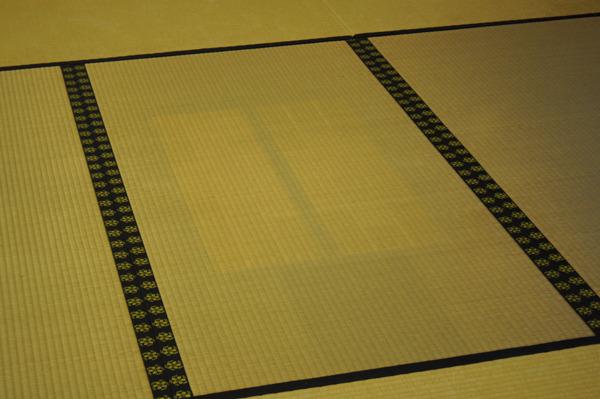 競技の時のかるたの置く位置が畳の日焼けで示されてるのシブい。