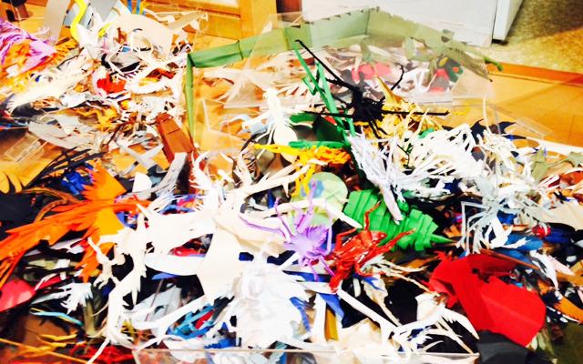 広げたら、こ、こんなにあった……。そうだ。いくら立体物でも紙は紙。折って収納できるのだ。しかもこれ、折り紙だし。