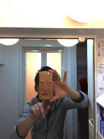 鏡ごしに自画撮りをすると、お面みたいにも使える。