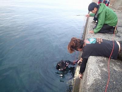 魚釣りに来たはずが、デジカメのサルベージ作業をすることになるとは。悲壮感が漂っているが、実際はそこまで寒くない