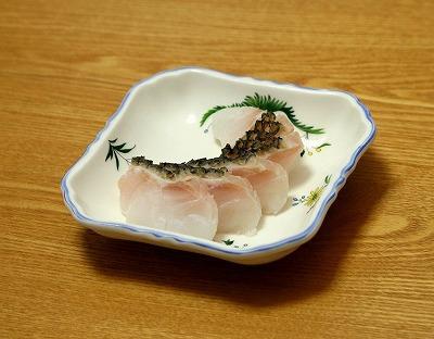 コブダイの湯引き。ジャクジャク、コリッとした歯ざわりにほのかな磯の香り。近い仲間のブダイという魚を思い出す味。
