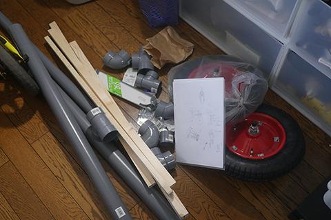 買ってきた。6400円。タイヤと塩ビ管と木材と金具。