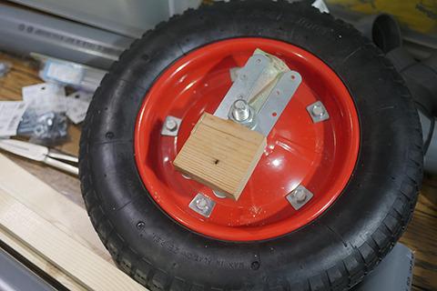 タイヤをとりつける部分は金具と木で自作。不安しかない