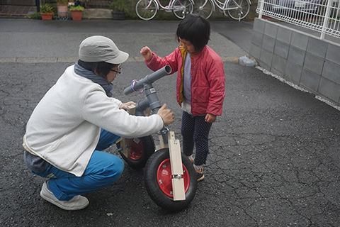 前後が分断されるので手でバンバン叩いて直す新しいタイプの自転車。