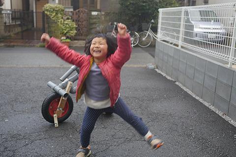 立ったことに大喜びする娘。待て、そんなにおもしろいのかそれは。自転車って乗ってたのしむものじゃないのか。