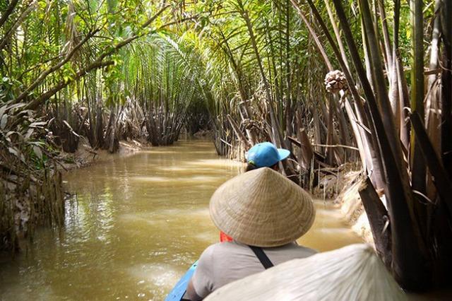 こんな感じで、いかにもなジャングルを小舟に乗って突き進む。