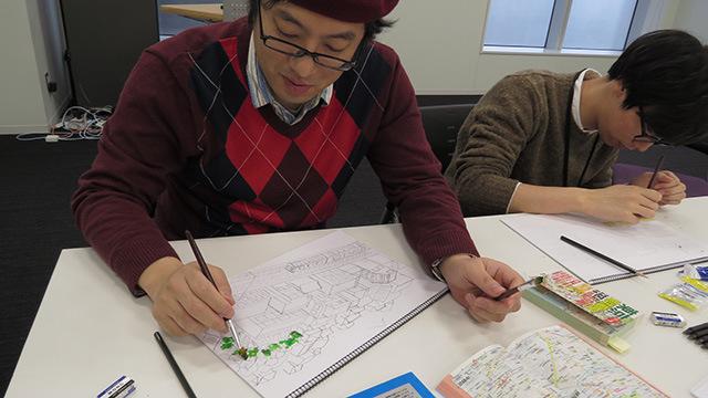 迷いのない筆さばきを見せるライター西村さん。