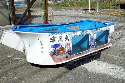 魚の絵が描かれた船型水槽を発見。