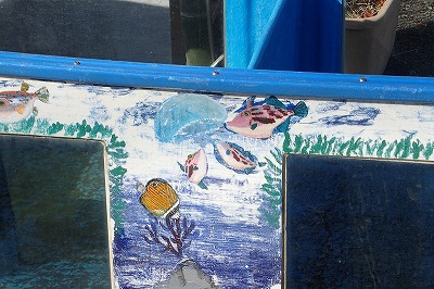集団でクラゲをついばむウマヅラハギなど、描写やシチュエーションの細かさが描き手のただ者でなさを感じさせる。