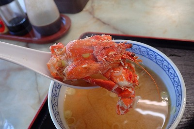 殻を割ったものは一際強く味が出ている。汁を味わうなら、こちらのほうがおいしい。
