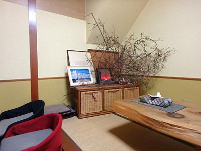 畳の席には、実家の床の間や玄関先っぽいディスプレイ。