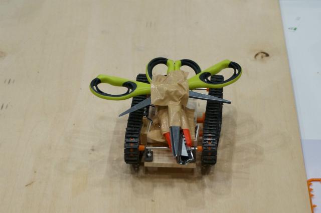 小学生が製作、武器=刃物という直接的なアプローチに逆に子供の純真さを感じた「いろいろ危ないボット」