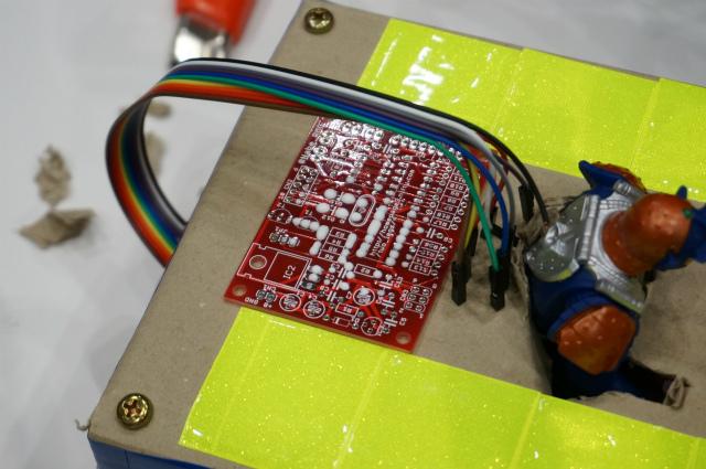ロボット名「安全第一」の一部。基板の穴から木工用ボンドがはみ出てきている!どんなに考えても思いつかない、天然物のヘボならではの味わいに感銘を受けた