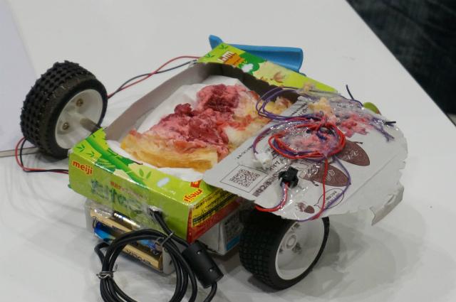 ロボット名「募集中」。手作りのラズベリーパイを搭載した意欲作。(無粋を承知で説明しますと、ラズベリーパイっていう小型コンピュータがDIY界で流行ってるんです)。