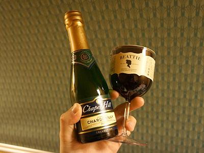 目玉は、紀伊国屋で購入のミニシャンパンとプラグラス入りワイン。こりゃ楽しみ。