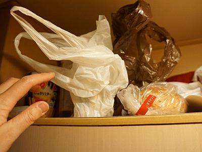 大量の食材は、頭上の棚にストック。ここから自分でいちいち取り出して盛り付け。