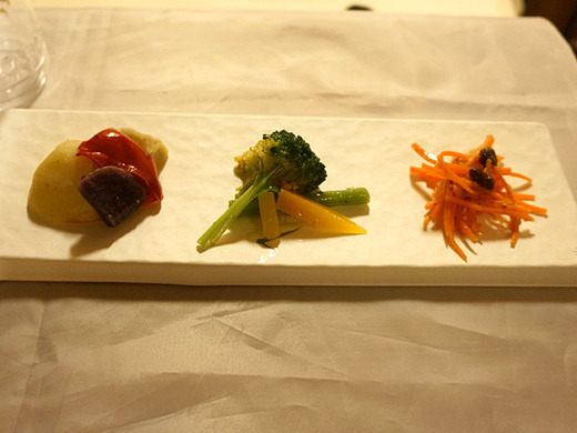 左から、季節の焼き野菜、イタリアングリーンサラダ、にんじんサラダでございます。シェフ私の精一杯のセンスでございます。