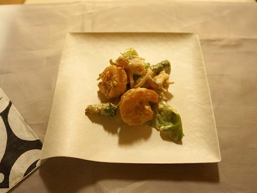 魚料理、「海老・イカと焼きじゃがいものタルタルソース和え」で御座います。