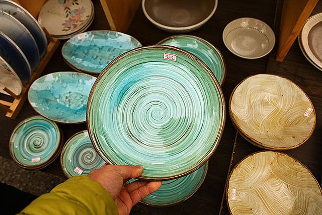 この青い皿が2000円。お洒落カフェとかで、ちんまりとサラダを盛るのに使ってそう。