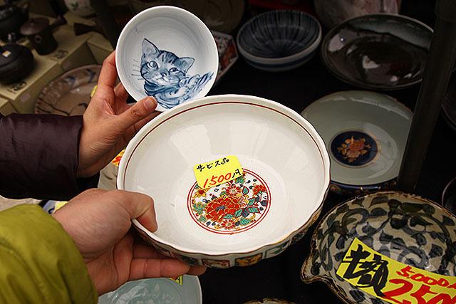 この鉢はサービス品の値段で1500円。絵の面積と、値引き前の値段予想(2500円~3000円)からすると手描きかな?