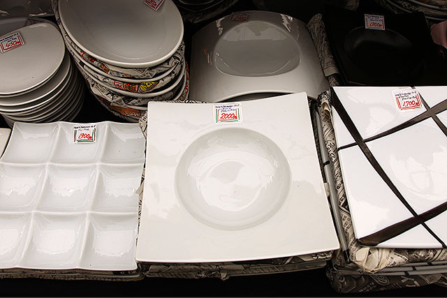 こういう変な形の皿もある。2000円前後。